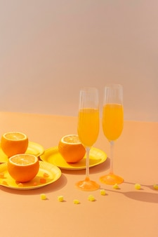 Assortiment de boissons et d'oranges