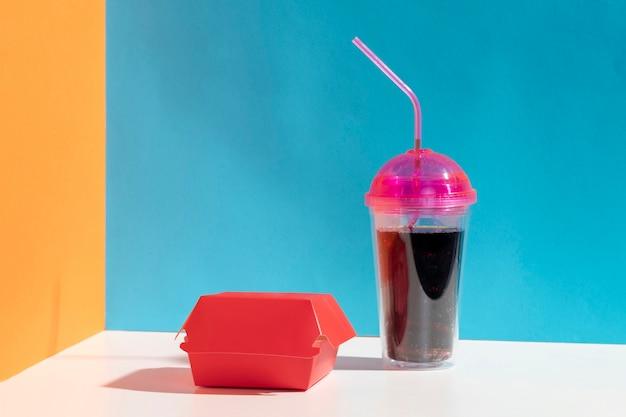 Assortiment avec une boîte rouge et une tasse de jus