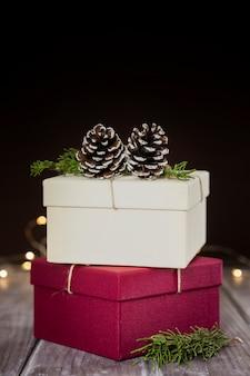 Assortiment avec boîtes à cadeaux et fond sombre