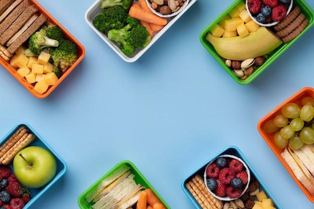 Assortiment de boîtes à lunch d'aliments sains avec espace de copie