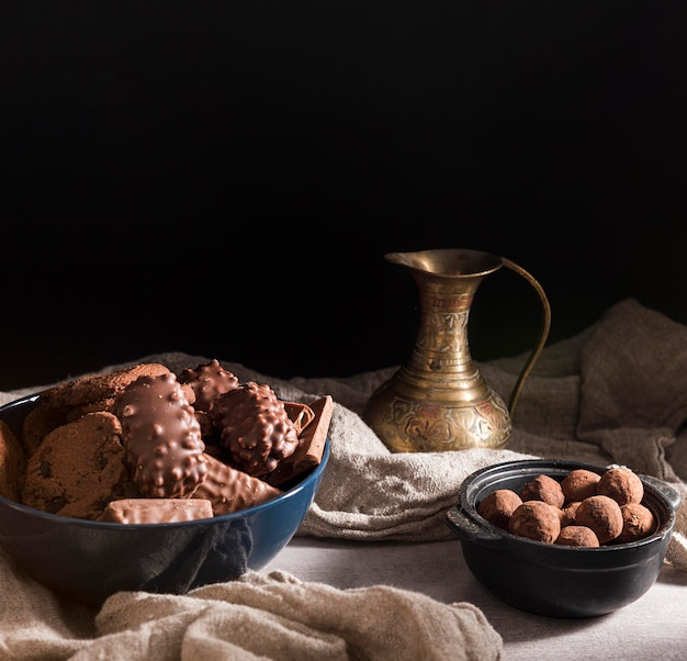 Assortiment de bonbons au chocolat à angle élevé dans des bols