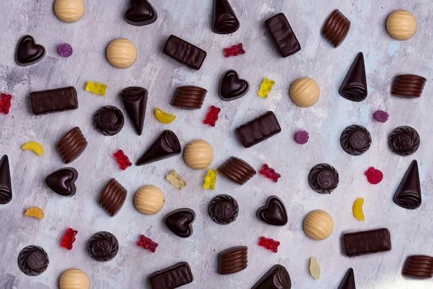Assortiment de bonbons au chocolat blanc, noir et au lait