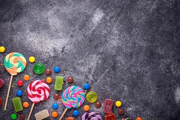 Assortiment de bonbons colorés et sucettes