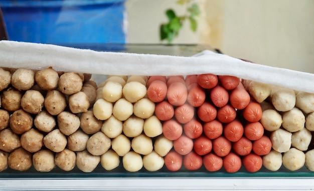 Assortiment de boulettes de viande et de saucisses dans l'étalage des aliments