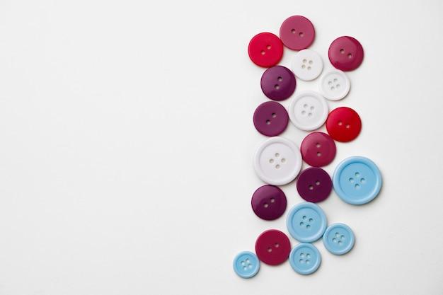 Assortiment de boutons colorés sur fond blanc