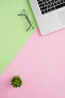 Assortiment de bureau d'affaires avec clavier