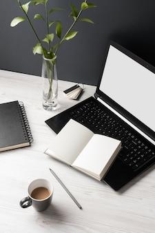 Assortiment de bureau avec ordinateur portable et cahiers