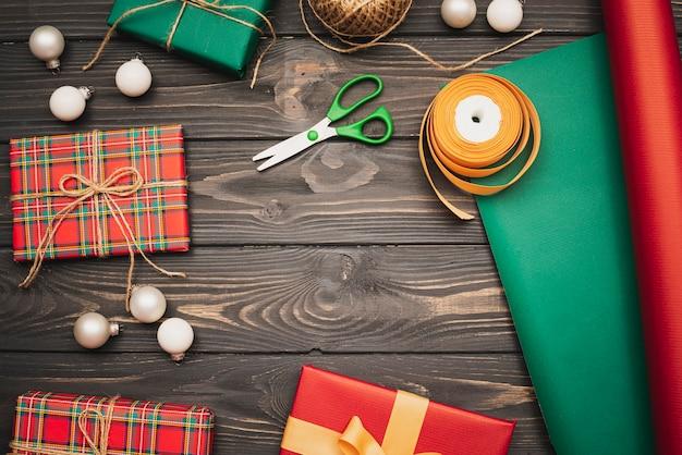Assortiment de cadeaux et d'articles de noël