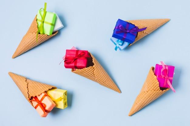 Assortiment de cadeaux colorés dans des cornets de crème glacée
