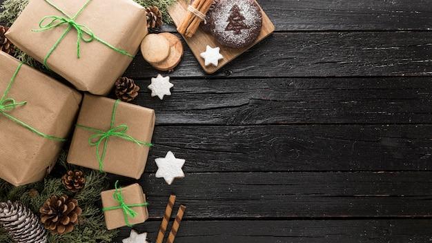Assortiment de cadeaux de noël festifs avec espace copie