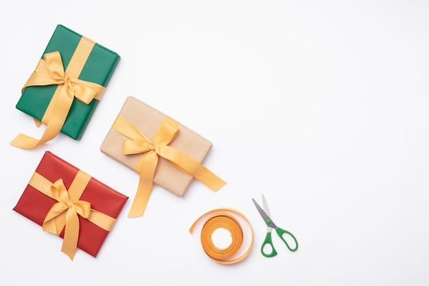 Assortiment de cadeaux pour noël avec des ciseaux