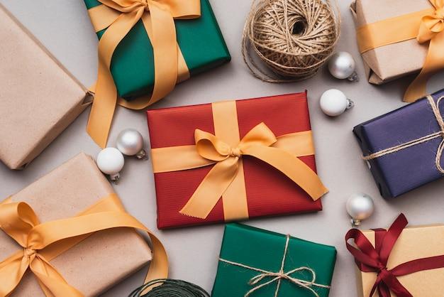 Assortiment de cadeaux pour noël et ficelle