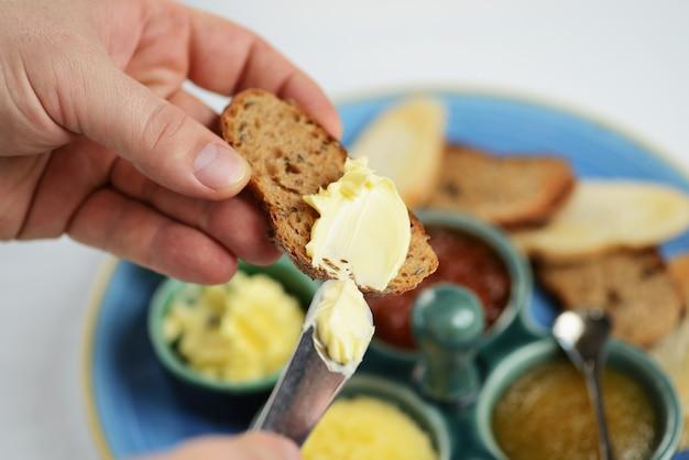 Assortiment de caviar de poisson, avec des tranches de pain et du beurre