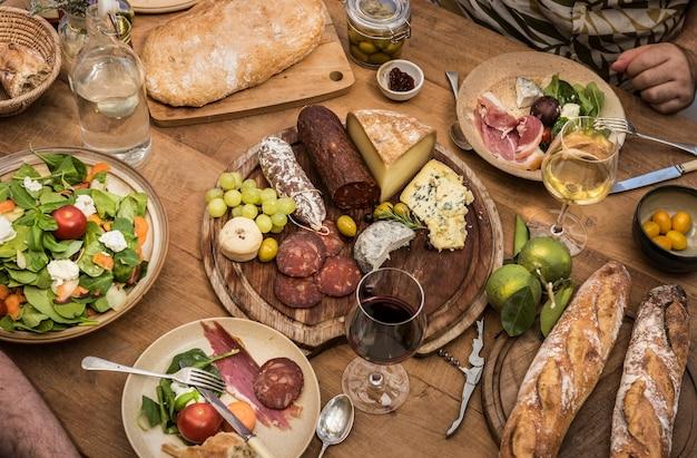 Assortiment de charcuterie et plateau de fromages, idée de recette de photographie