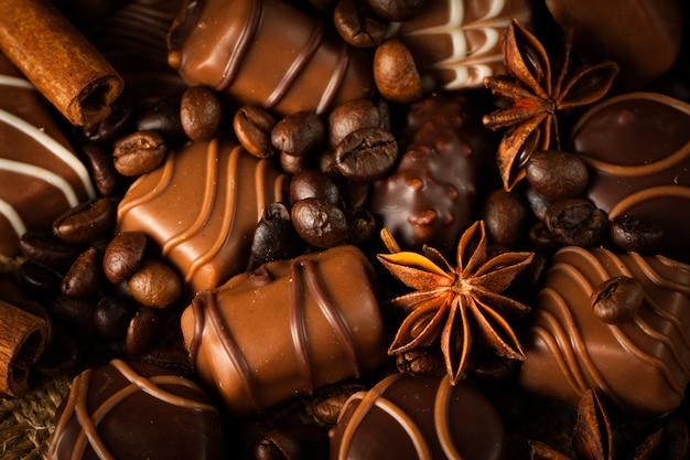 Assortiment de chocolat blanc, noir et au lait