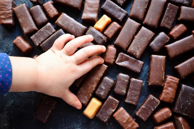 Assortiment de chocolats. des sucreries . vue de dessus pour le texte. chocolat noir. des barres de chocolat.