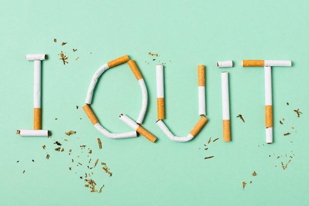 Assortiment de cigarettes sur fond vert