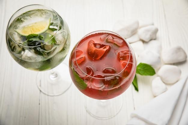 Assortiment de cocktails froids avec mojito et framboise