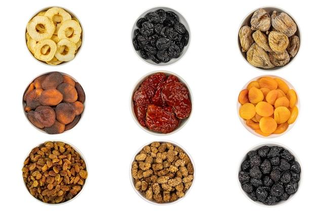 Assortiment de collations de fruits secs et de baies sur fond blanc raisins secs cerises apricor prune figue