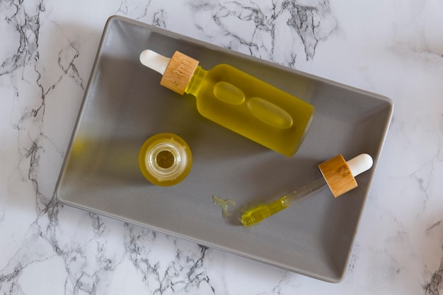 Assortiment de compte-gouttes d'huile de cbd naturel