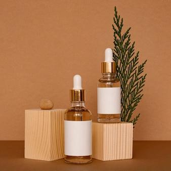 Assortiment de compte-gouttes d'huile de peau avec des morceaux de bois