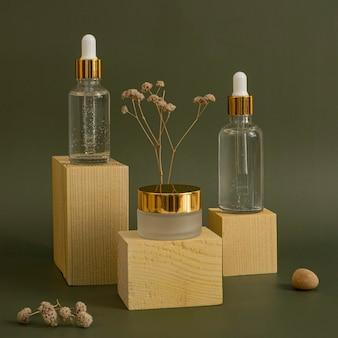 Assortiment de compte-gouttes d'huile pour la peau et de récipients pour crème pour le visage