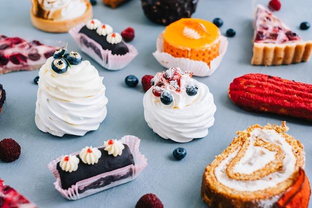 Assortiment de confiseries, différents types de gâteaux et desserts sur la table.