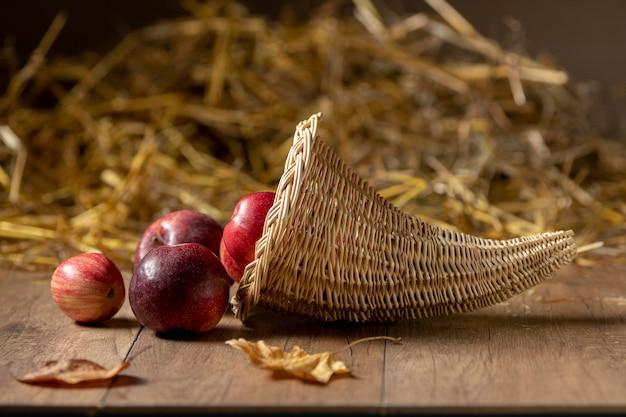 Assortiment de corne d'abondance festive avec de délicieux fruits