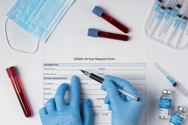 Assortiment de coronavirus avec échantillons de sang et vaccin