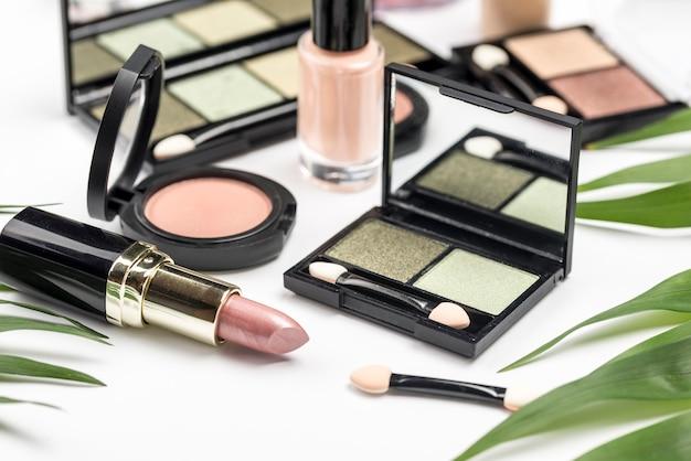 Assortiment de cosmétiques différents à angle élevé