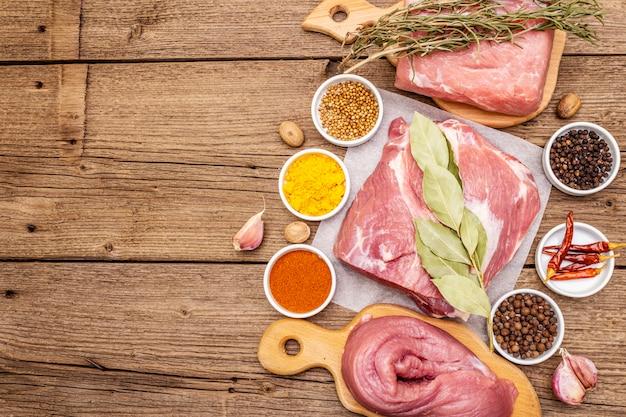 Assortiment de coupes de porc frais aux épices