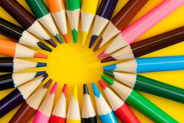 Un assortiment de crayons de couleur en cercle.