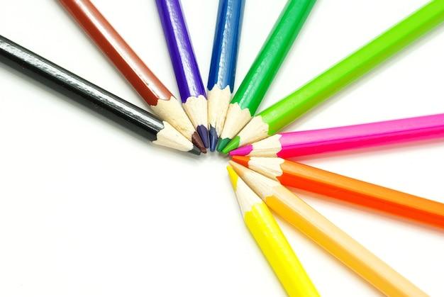 Assortiment de crayons de couleur sur fond blanc