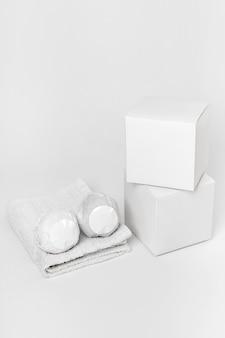 Assortiment créatif grand angle de bombes de bain et de boîtes emballées
