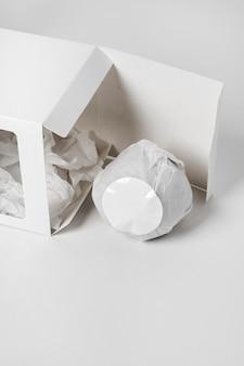 Assortiment créatif grand angle de bombes de bain emballées close-up