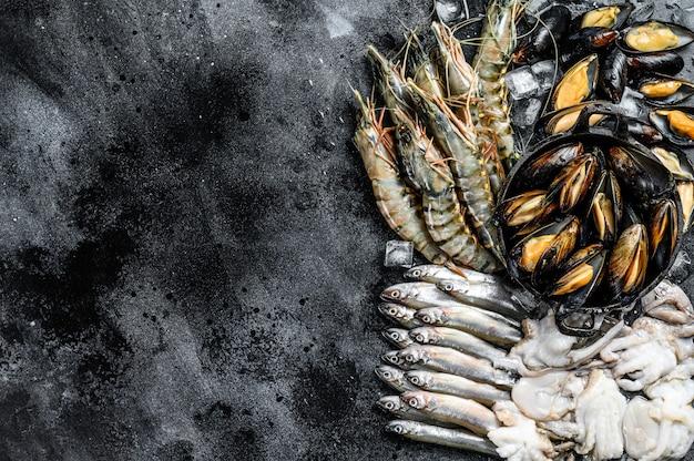 Assortiment de crevettes tigrées de fruits de mer frais, crevettes, moules bleues, poulpes, sardines