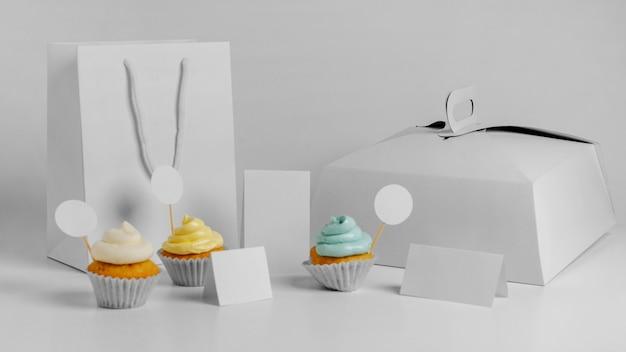 Assortiment de cupcakes avec emballage et sachet