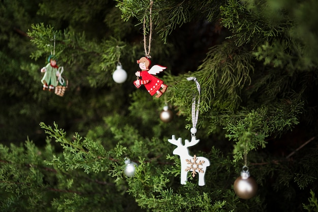 Assortiment avec décoration d'arbre de noël en forme d'ange