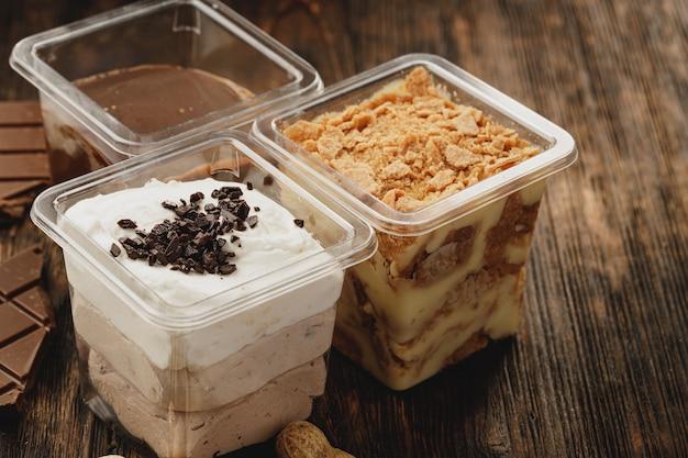 Assortiment de délicieuses boîtes à dessert sur table en bois