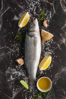 Assortiment de délicieux fruits de mer à plat