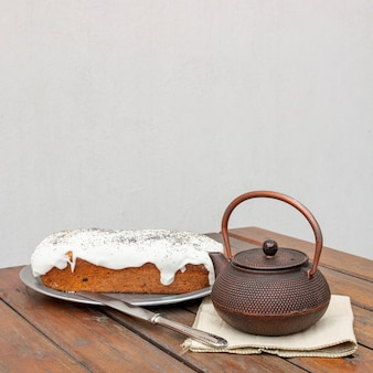 Assortiment avec un délicieux gâteau et une vieille théière
