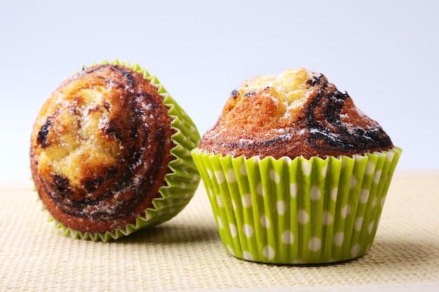 Assortiment de délicieux gâteaux faits maison avec des raisins secs et du chocolat. muffins.