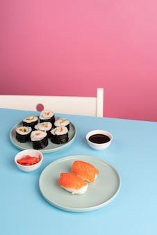 Assortiment de délicieux sushis à angle élevé