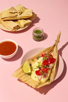 Assortiment de délicieux tamales sur assiette
