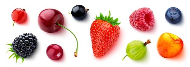 Assortiment de différentes baies isolées sur fond blanc, mise à plat, vue de dessus, fraise et myrtille fraîches, cerise mûre, framboise, groseille et mûre, groseilles noires et rouges