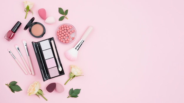 Assortiment de différents cosmétiques avec espace copie