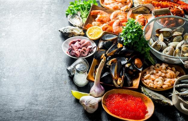 Assortiment de différents fruits de mer à l'ail, aux herbes et aux épices.