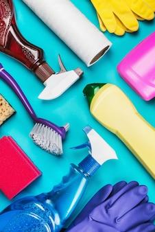 Assortiment de différents produits de nettoyage pour la maison