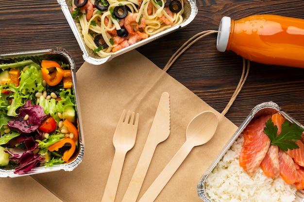 Assortiment avec différents repas sur une table en bois