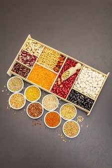 Assortiment de différents types de haricots et de céréales
